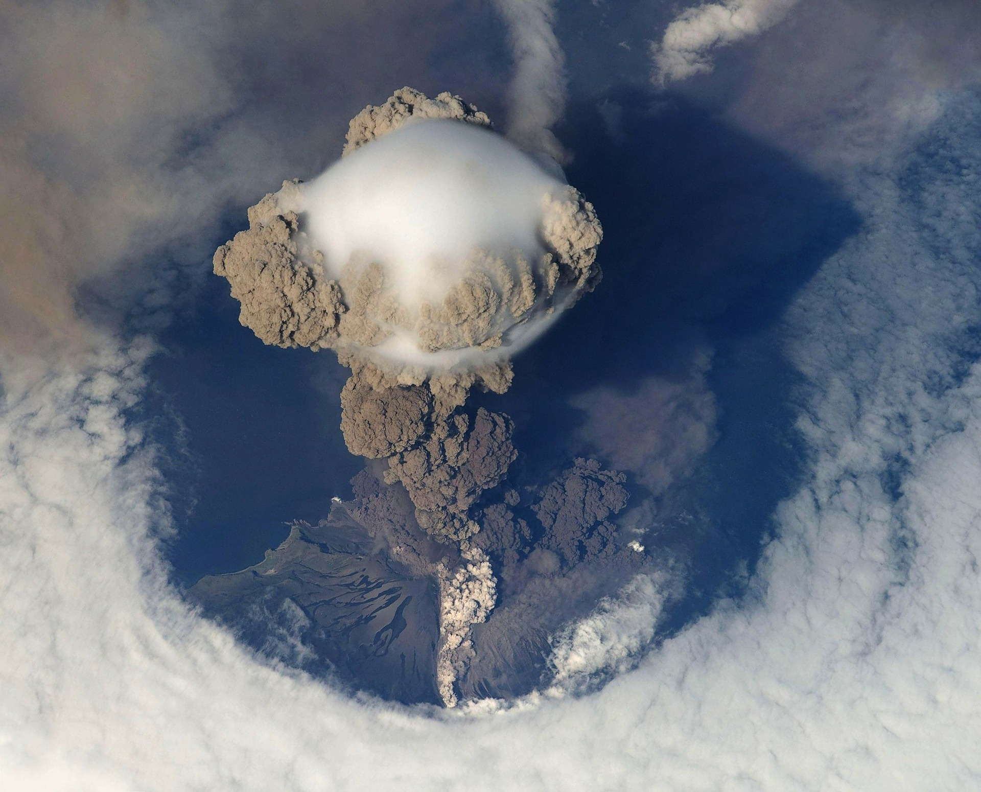 volcanic eruption 67668 1920 - Pył wulkaniczny - jak działa w kosmetykach?