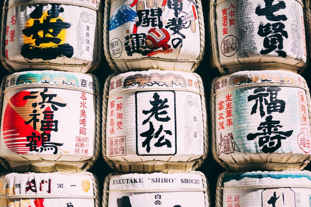 Sake japońskie maski Mitomo z sake 1024x683 - Wszystko, co chcieliście wiedzieć o sake!